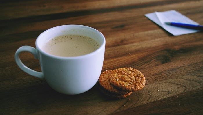 ミルクには、睡眠の質を上げてくれる成分が入っています。だからといって、冷たいミルクをゴクゴク飲むのはちょっと…という方もいますよね。そんな方に試していただきたいのがあったかくて幸せな「ホットミルク」です。