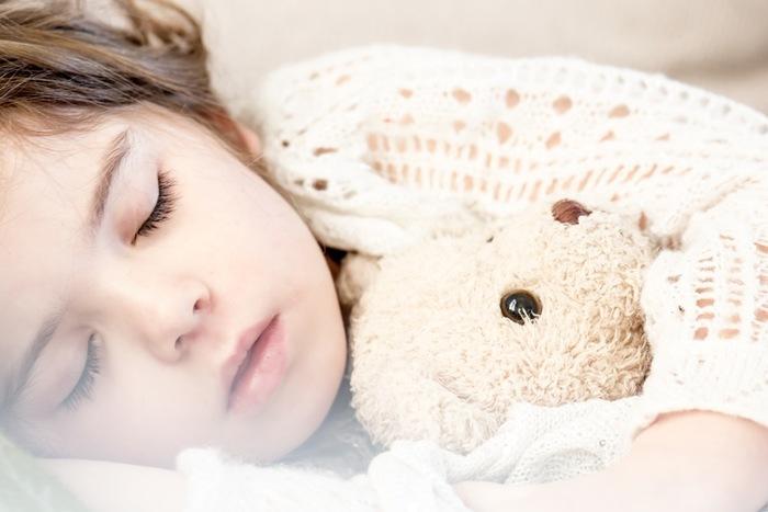 ミルクに含まれる「ビタミンB12」は自律神経のバランスを良くし、生活のリズムを整えてくれます。さらに「トリプトファン」という成分は、鎮静作用のある脳内物質セロトニンを生成してくれるそう。そしてミルクの「カルシウム」を摂ることでリラックスし、自然な眠気を誘うことができるのです。 温かいミルクを飲むと胃腸が温められ、その後徐々に温度が下がっていきます。人間は体温が下がる時に眠気が生じるため、寝る1時間前くらいにホットミルクを飲むことで睡眠を促すことができるそう。