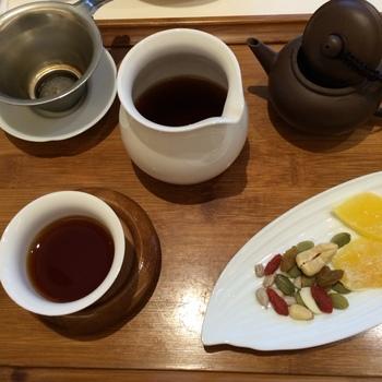お茶は中国茶の本格的な茶器でいただきます。 ナッツやドライフルーツなどお茶菓子がそえられているのもうれしいですよね。青茶、白茶、紅茶、黒茶、花茶……と本当に種類が多いので迷ってしまいそうです。