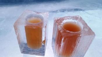 カクテルが注がれているグラスももちろん氷でできています。