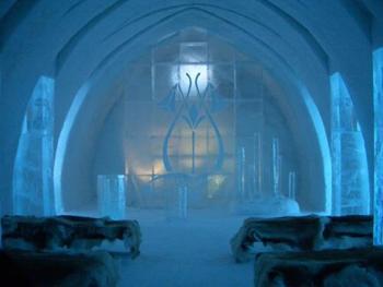 ホテルの施設として氷で作られた教会があり、結婚式をあげることもできます。
