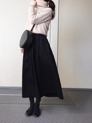 女性らしい上品なコーディネート。スカートから下を黒でまとめることで、スッキリとしたシルエットに見えます。