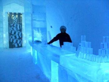ホテルのバーの名前はそのまま「アイスバー」。青い氷の世界が幻想的!