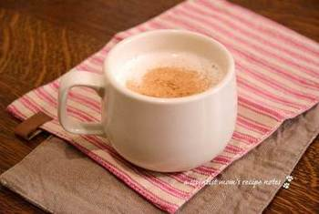 砂糖を黒糖に変えるとよりコクのある味わいのホットミルクになりますよ♪こちらもお好みでシナモンをどうぞ。