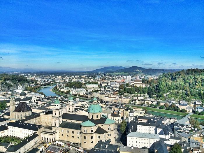 壮麗な町並みのザルツブルクは世界文化遺産にも登録されているんですよ。街の中心を流れるザルツァッハ川を挟んで新市街と旧市街に分かれています。