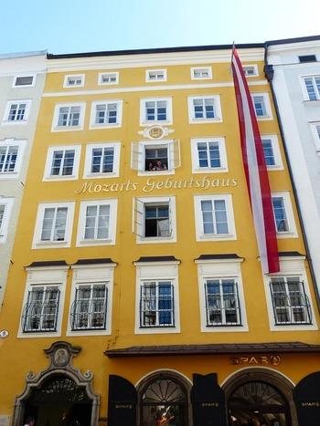 また「ゲトライデガッセ」にはモーツァルトの生家があることでも有名です。この建物の4階で誕生したそう。  生まれた部屋の上には金色の飾りがあり、中には子供の頃に使っていたバイオリンや楽譜などが展示されています。