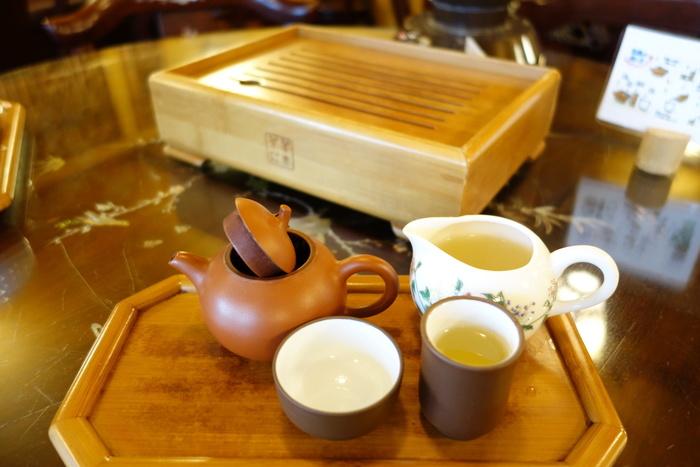 本格的な茶器でいただく中国茶。中国茶の問屋さん直営のカフェなのでお茶のおいしさは言うまでもありません。  さし湯をして二煎目、三煎目を楽しむこともできます。