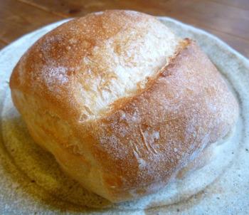 ハード系で一番人気がある「シオバタ」。 トーストすると、じわっとバターの風味が広がるシンプルなバケットです。