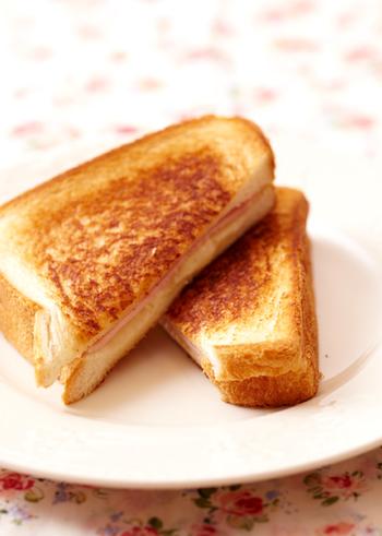 バターを塗って具材を挟んだ食パンサンドをフライパンの上にのせ、中火2~3分こんがり焼くだけ!具材は人気の定番のハム&チーズで!