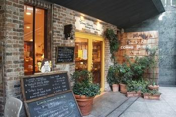 Boulangerie Comme Chinois、創業は1983年。 コムシノワと言えば、高級な材料までも大胆にパンにしてしまう。 オーナーの荘司シェフは、関西の飲食業界で有名なスゴ腕の持ち主。 パンは市民に寄り添う手軽な食べ物でありたい!という発想から、テイクアウトと店内で味わえる環境を整えたのだとか。