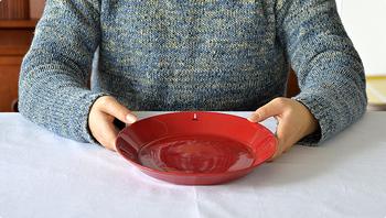 ティーマには様々な大きさがありますが、21㎝プレートは女性の手にとってもちょうどいいサイズなんです。食事のとき以外にも果物を載せたり、お菓子を載せてみたり。