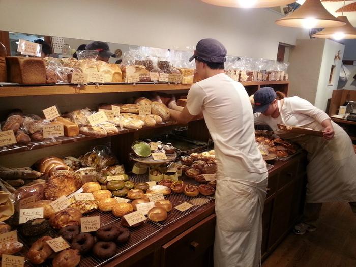 「お客様との対話をしながら販売したい。」 という意向で、スタッフの方にパンの詳細を伺いながら取ってもらうというシステムなんです! トレイを持って自分で取りたいところですが、じっくりお話をしながら選んでみて下さい。