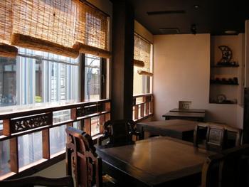 階段を上がると、台湾の古民家を意識したという店内に。 テーブル席の他に、靴を脱いであがる座敷席や掘りごたつ式のカウンターがあるなど、ゆったりとくつろげる空間になっています。