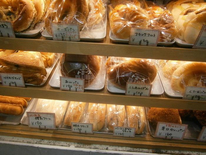 どこか懐かしいような露店のような店構え。 ショーケースを見てワクワクしながら選んでみては?! 定番のあん食パンはずっしりとした重さで、手土産にも重宝されています。