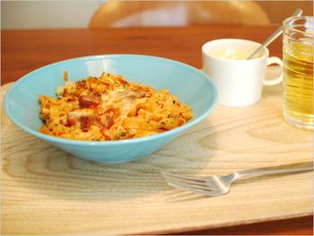 今度の休日はパスタランチ♪木のプレート爽やかなブルーが優しい印象のテーブルコーディネートです。