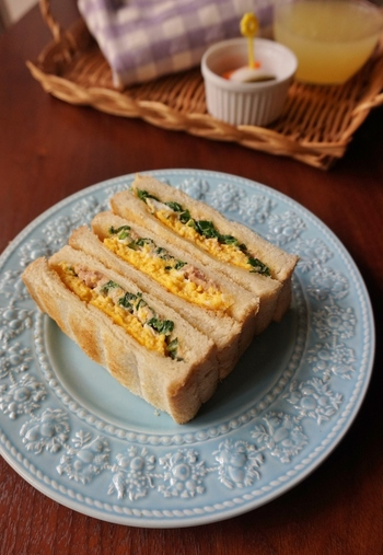 オムレツとほうれん草ツナマヨのホットサンドは、彩りも栄養も満点です◎
