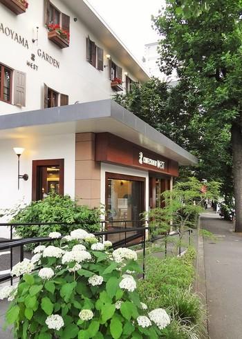 リーフパイで知られる老舗洋菓子店「ウエスト」。青山店のオープンは1967年と、40年あまりの歴史があります。  2008年に面積を拡大してリニューアルオープン。地下鉄の青山一丁目駅から歩いて10分ほどにある、青山墓地の深い緑を借景したお店です。