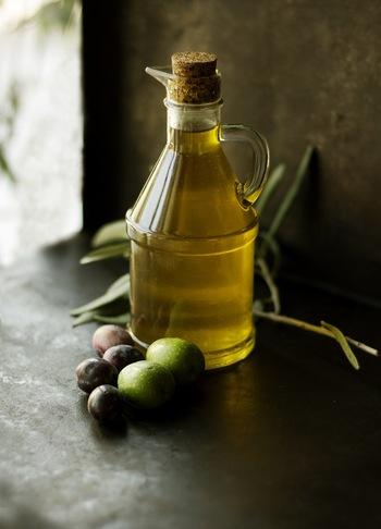 イタリア人はとにかくオリーブオイルをよく使います。パスタソースを作っているときもたっぷり、仕上げもたっぷり。とにかく惜しみなく使いましょう。ここをケチらないことで、ソースがよく絡み、香り高く仕上がります。欲を言えば、仕上げに使うのは、ちょっと上等なヴァージンオリーブオイルを使うといいですよ。