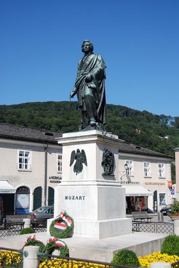 ザルツブルクではほぼ一年中コンサートが開かれており、なかでも夏に開催される「ザルツブルク音楽祭」は世界でも指折りの音楽祭です。写真はモーツァルト像。