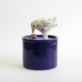 こちらは、リサラーソンの陶器で出来た小物入れです。水面から顔を出したお魚と鳥がキスをしている,とっても幻想的なデザインです。