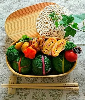 こちらはおにぎりの具にスイスチャードの茎やしらすも混ぜ込んだレシピ。彩がいいのでお弁当にピッタリですね!