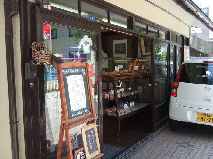 趣のある店構えで、伝統あるパンを焼き続けています。 戦後に今の看板を上げた、日本でも老舗のパン屋です。