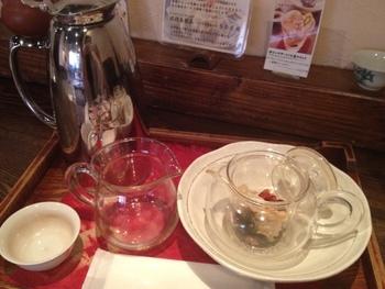 台湾家庭料理をもとにした薬膳メニューをいただけるのがこちらのお店の魅力。 飲み物もベーシックな中国茶のほかに、中国茶をベースに白きくらげやクコなど薬膳の素材をブレンドした「八宝茶(バーバオチャ)」も。