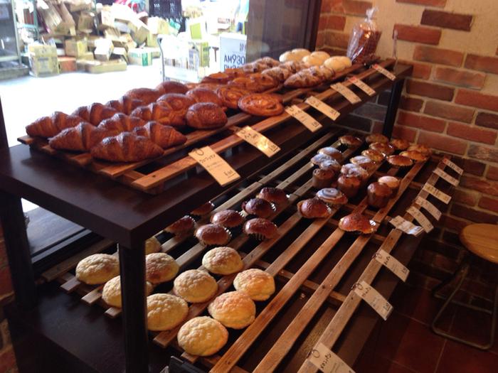 店内に入ると、そのいい香りに引き込まれます。 小ぶりなおやつパンも種類が多いので、手土産にも最適です。