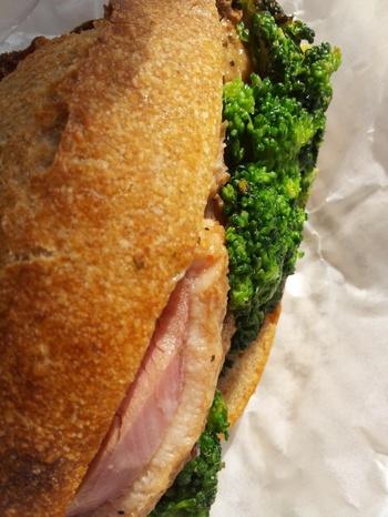 ハード系パンのサンドウィッチは早起きしないと手に入らないほどの代物。 食べられたらラッキーです。