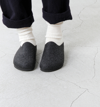 靴下を脱いで素足で履いても快適で、リラックスできます。おうちの中はもちろん、オフィスでの室内履きにもよさそう。カラーバリエーションも豊富です!