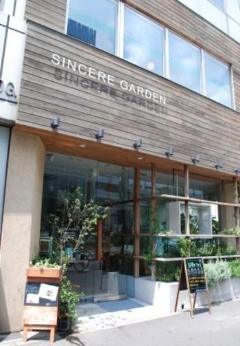 表参道駅から徒歩約4分に位置するお店で、スパ、ナチュラルコスメなどを扱うショップ、カフェがひとつの建物の中にあります。