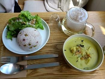 こちらで飲めるのが「五行茶」。中国の「五行説」の考えに基づき、東洋の薬膳素材と西洋のハーブをブレンドしたお茶。木、火、土、金、水の5種類から選べます。  おすすめはベジタリアンメニューのランチとのセット。旬のお野菜をたくさん使ったプレートメニューやサラダ、カレーなどがあります。 (写真は「日替わりカレーセット」)