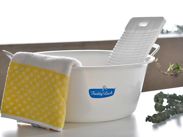 洗濯のスタートはニットの洗濯絵表示と素材をみて、自宅で洗えるかをチェックします。自宅で洗えなければクリーニングに出しましょう。あと自宅で洗えるお気に入りのおしゃれ着も最初の2回くらいはクリーニングに出たほうがいいです。ただしクリーニングに出すとニット(特にカシミヤ、アンゴラ)の風合いが損なわれる可能性があります。