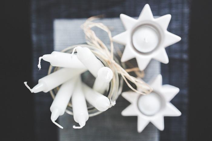 ろうそくにも、防水効果や汚れをつきにくくしてくれる効果があります。白スニーカーなので、白いろうそくを塗っておきましょう。細すぎるろうそくだと折れやすいので、ちょっと太目で持ちやすいものだとベストかもしれませんね。