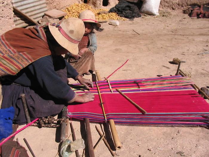 PUENTEの代表・落合裕梨さんは、2002年に日本のNGOの現地調整員としてボリビアのアンデス高地の農村を訪れました。そこで目にした、自然環境と調和して堅実に暮らす村の人々の生活文化や、伝統的な織物や刺繍の技術にほれ込んだことがPUENTEを立ち上げるきっかけとなったそうです。