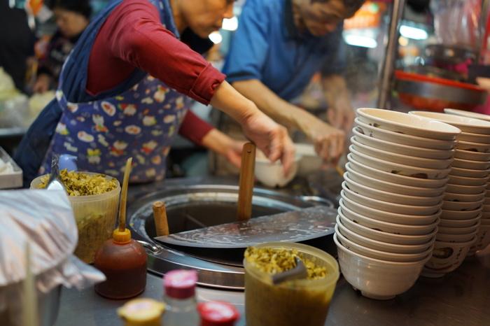 朝から外食は当たり前。夜になれば、ナイトマーケットは庶民の食の宝庫!毎日お祭りのような賑やかな夜市があちらこちらに立ち、たくさんの屋台が並ぶそこは国外からの観光客の観光名所にもなっているほどです。