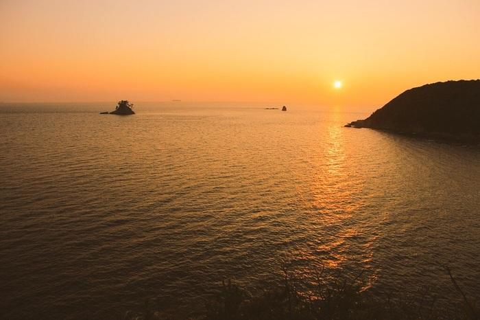 篠島の夕日。 日本の夕日・朝日百選に選ばれている「篠島」。 島にはその美しい絶景を見に多くの旅行者が訪れます。