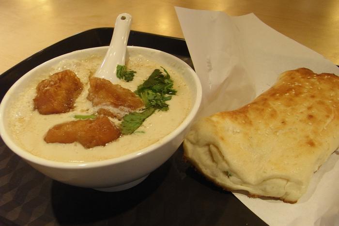 """まずは、定番をとおり越して""""鉄板""""の台湾朝ご飯をご紹介。スープのように見えるのは、朝ご飯になくてはならない存在『豆漿(トウジャン)』。豆漿とは、日本でいう豆乳のことですが、日本のものよりもアッサリと飲みやすいのが特徴です。"""