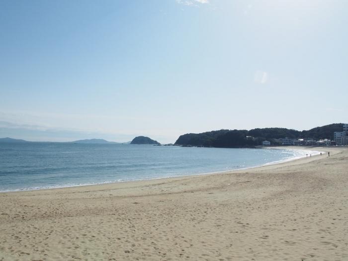 天然の砂浜が800メートルも続く篠島の海。 夏は海水浴に来る家族連れやカップルも多くいます。