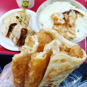 必ずと言っていいほど、一緒に並んでいるのが『油條(ヨウティアオ)』という揚げパン。豆漿に浸して食べるのが台湾風♪