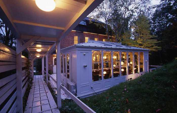 ヨーロッパにある家のような、レンガ調の外観が素敵なお店「RUTH LOWE(ルース・ロウ)」。テラスもあるので夏は穏やかな時間が過ごせそうです。