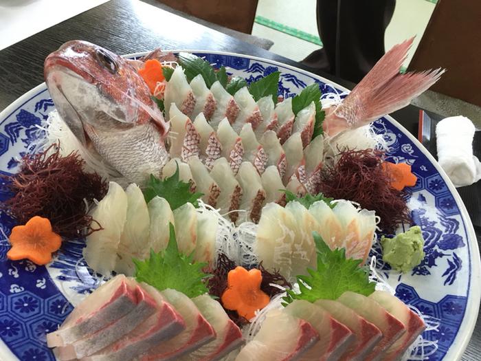 おんべ鯛の活け造り。 奉納されるほど美味な「御弊鯛(おんべだい)」。 篠島の鯛は身がしまり、甘さが口の中に広がるのが特徴。