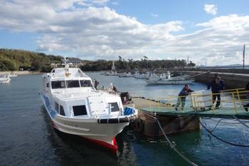 佐久島へは船を使います。 雨天でも安心の屋根付きです。