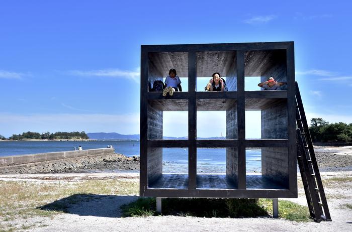 佐久島アート②「おひるねハウス」。 穴からのぞく海は、佐久島ならではの風景!