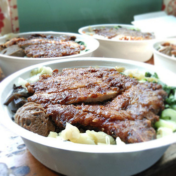 台湾のカツ丼的存在の『排骨飯(パイクゥファン)』。 衣をつけカリッと揚げた豚肉に、醤油味のタレをとろ~り掛けていただきます。野菜は、ドサッと青梗菜でも合いますね♪ 駅弁にもなっているほどの人気料理です!