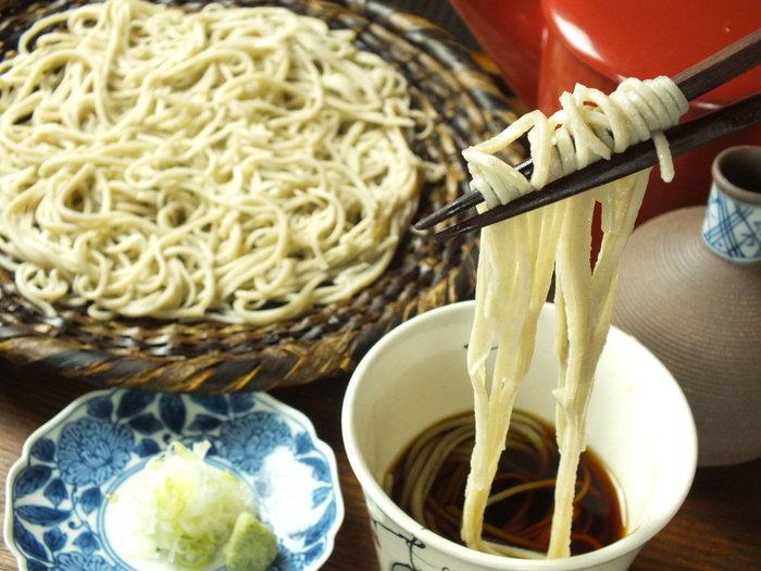 北海道や全国各地から厳選した素材を使用し、手打ちの十割そばから日本酒、ワインまで揃います。
