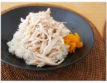 細く割いた鶏のササミ(もしくはムネ肉)に、鶏油と甘口のタレで味付けをするだけの丼『鶏肉飯(チーロウファン)』。  とてもシンプルに見えて、実はタレの加減がなかなか手強く台湾でも扱っているお店は、意外に少数なのだとか。そう言われると、ますます食べたくなりますよね!