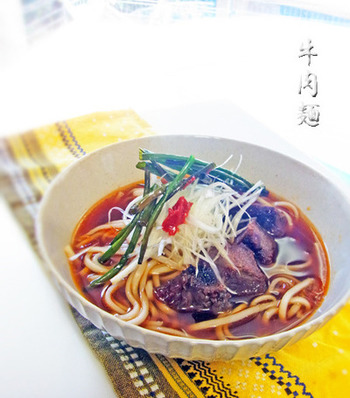 牛ホホ肉の代わりに牛スジ肉を煮込んで使ってもOK。牛の出汁と豆板醤の辛味が麺とよく合います◎トッピングは色んな野菜のせて楽しむのもおすすめです。