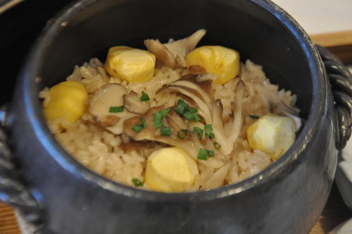 土鍋でじっくり炊き上げたお米はピカピカ光っています♪そして体に優しいメニュー。土鍋は陶芸作家さんの作品で、店内で購入する事も出来ます。
