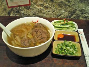 うどんのような見た目ですが、『牛肉麺(ニューロウメン)』というラーメンです。
